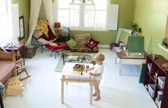 Монтессори пространство, низкая мебель