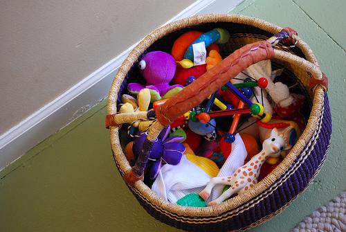Методика Монтессори, игрушки, деревянные и пластиковые в корзинке
