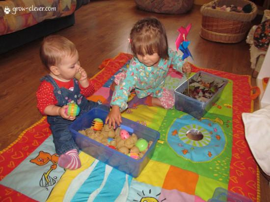 Монтессори, как обустроить детскую комнату, стеллаж, коврик