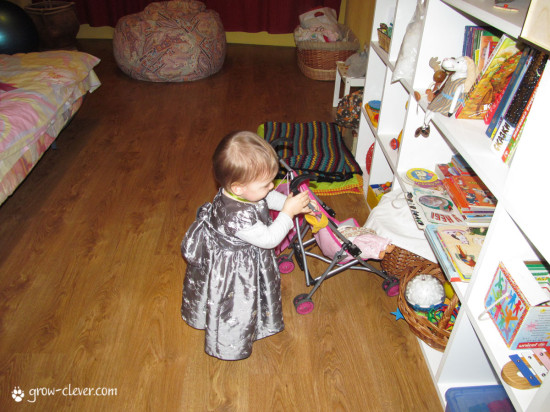 Монтессори, как обустроить детскую комнату, стеллаж