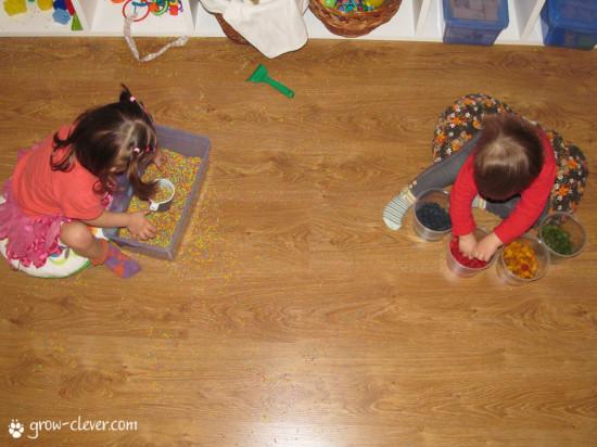 как покрасить макароны, цветные макароны для поделок, сенсорные коробки