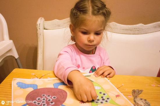 монстрики, дети занимаются творчеством, приклеивать глазки, хэллоуин, детская игра, детская поделка