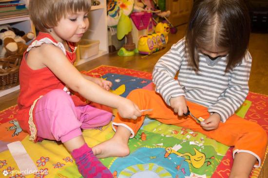 Ребёнок работает ножницами фотография, шаблон для работы ножницами, дети играют вместе