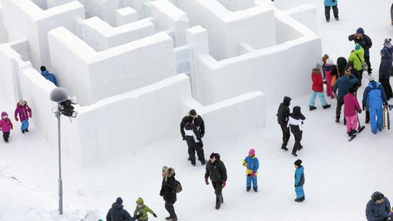 строим лабиринт из снега, игры на свежем воздухе зимой