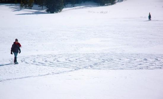 рисуем на снегу ножками