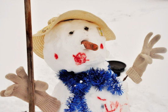 креативный снеговик, раскрашенный гуашью, разрисованный снеговик