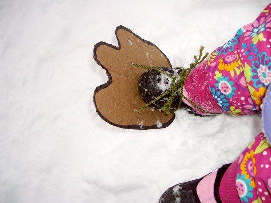 следы страшного зверя на снегу, игры на улице в зимнее время