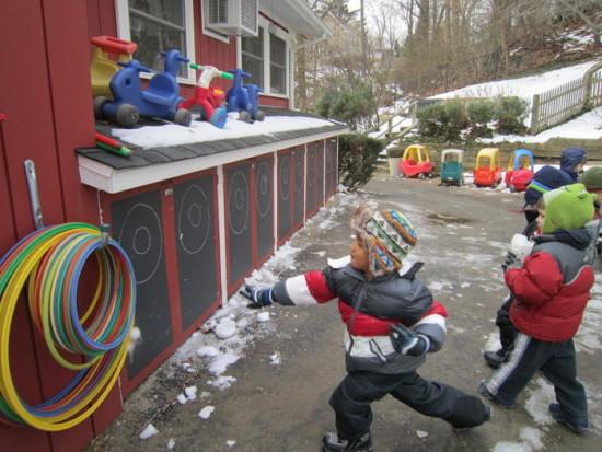 метание снежков в цель, зимние игры на свежем воздухе