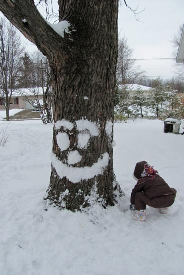 рисование снегом, лицо на дереве, игры во время зимних прогулок