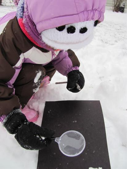 рассматриваем снежинки через увеличительное стекло, игры со снегом