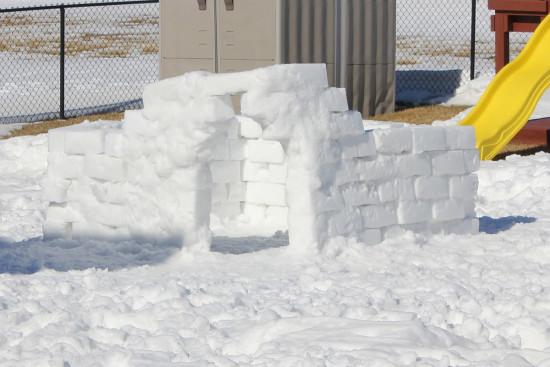 башня из снега, снежная стена, игры со снегом
