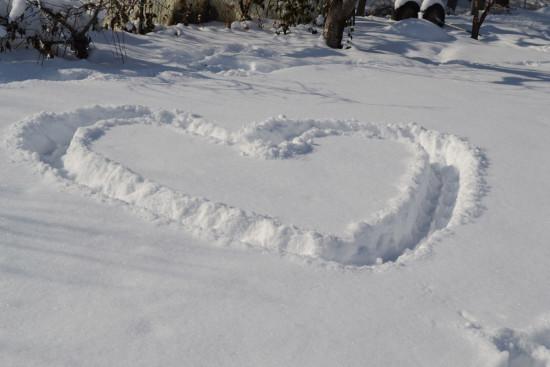 сердце из снега, рисуем на снегу, рисунки на снегу