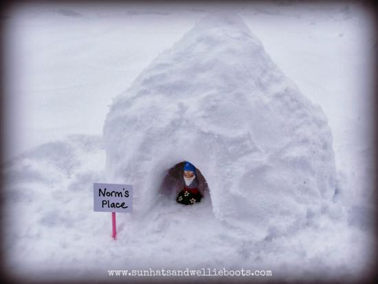 домик из снега, играем с ребёнком на улице, снежный домик, снежный городок