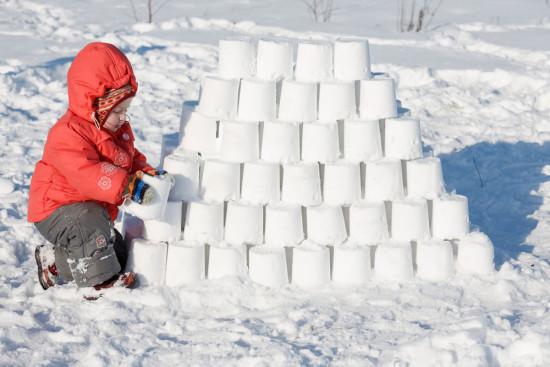 замок из снега, снежная башня, игры со снегом, зимние игры на улице, стена из снега