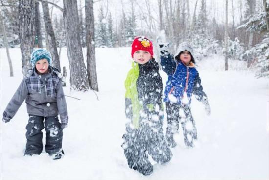 игры снежками, снежный бой, кидаемся снежками, игры с детьми на улице зимой