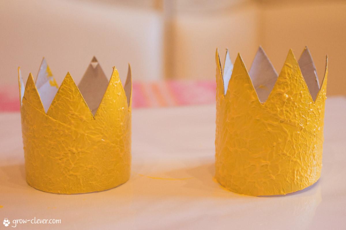 ставят простая корона для фото из бумаги заселении